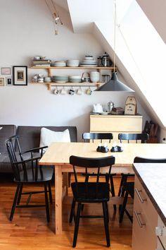 Sofa in Küche, Regale mit Geschirr - Wände nutzen!