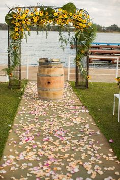 rustico simples ao ar livre Festa com tema Girassol: ideias inspiradoras para copiar Sunflower Themed Party: Inspirierende Ideen kopieren Gold Wedding Colors, Wedding Table Flowers, Rustic Wedding Centerpieces, Yellow Wedding, Flower Table Decorations, Wedding Decorations, Birthday Decorations, Beach Flowers, Wedding Ceremony Arch