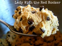 The Best {Raw} Chocolate Chip Cookie Dough Recipe - YUM! Just made this tonight because I had a craving for some cookie dough, and am not SUPPOSED to eat any dough with raw eggs, so I gave this a shot and it is delicious! Made it with the greek yogurt. Edible Raw Cookie Dough, Eating Raw Cookie Dough, Cookie Dough To Eat, Healthy Cookie Dough, Cookie Dough Recipes, Just Desserts, Delicious Desserts, Yummy Food, Vegan Desserts
