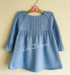 Fotoğraf açıklaması yok. Girls Knitted Dress, Knitted Baby Clothes, Crochet Girls, Knit Crochet, Diy Crafts Knitting, Easy Knitting, Baby Knitting Patterns, Knitting Designs, Newborn Boy Clothes