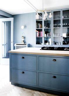 peinture bleu pigeon murs et ilot central, parquet et plan de travail en bois massif clair