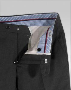 6d7a2ee0e Pantalón de vestir de color gris marengo en lana super ideal para entre  tiempo y verano. Lana ligera cuya textura y caída ofrece un buen  mantenimient