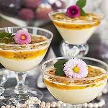Vackert och lyxigt gott! Desserts In A Glass, Raw Dessert Recipes, Fancy Desserts, Köstliche Desserts, Candy Recipes, Raw Food Recipes, Delicious Desserts, Mango Mousse, Work Meals