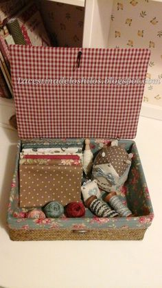 Hola a tod@s! Hoy vengo a enseñaros esta labor que tenía pendiente desde hace un tiempo, pero que, por unas cosas y otras, se me fue qued... Japanese Patchwork, Patchwork Bags, Quilted Bag, Sewing Baskets, Needle Book, Sewing Box, Craft Box, Sewing Accessories, Hand Quilting