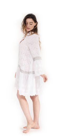 Camicia o miniabito in cotone, due diversi disegni di ricamo di pizzo Sangallo, inserti di passamaneria crochet argento, chiusura 5 bottoni e maniche a campana
