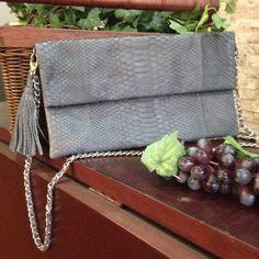 tas pesta clutch terbuat dari kulit ular asli. ukuran 31x17, dengan rantai dan tassel.