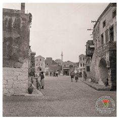 Ρόδος Παλιά Πόλη. Οδός Θησέως με Πινδάρου, στο βάθος η πλατεία Εβραίων Μαρτύρων 1950 .. Rhodes, Rhode Island, Old Town, Greece, The Past, Street View, Memories, Old City, Greece Country