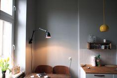 küchenfarbe / pavilion grey von farrow & ball // gelbe topan leuchten