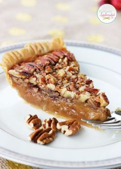 This recipe for classic pecan pie at Positively Splendid looks absolutely delicious! Perfect for Thanksgiving! A recipe for classic pecan pie. Homemade Pecan Pie, Vegan Pecan Pie, Best Pecan Pie, Köstliche Desserts, Delicious Desserts, Dessert Recipes, Yummy Food, Plated Desserts, Pecan Bars