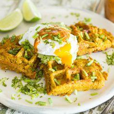 Süßkartoffelwaffeln mit Avocado-Creme und pochiertem Ei