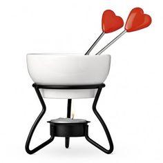 Βουτήξτε κομμάτια από φρούτα ή σκέτα δαχτυλάκια σε λιωμένη σοκολάτα. Φοντύ σοκολάτας με πηρουνάκια καρδιά, με 4€.