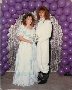 School dances are already awkward but these funny photos took it to a whole new level. Awkward Prom Photos, Awkward Family Photos, Prom Pictures, Prom Pics, Funny Photos, Bad Photos, Vintage Prom, 80s Party, Prom Party