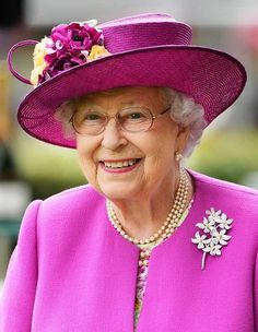 From the way you eat to the way you walk down a flight of stairs, here's what it takes to master royal etiquette. Source by leonamolski Look dress Die Queen, Hm The Queen, Royal Queen, Her Majesty The Queen, Save The Queen, Queen Hat, Queen Outfit, Fascinator, Royal Uk