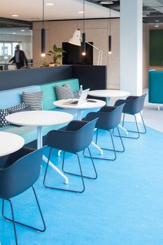 VOID interieurarchitectuur designed the offices of computer consultant LINKIT, located in Utrecht, Netherlands. Office Space Design, Office Furniture Design, Workspace Design, Office Workspace, Office Interior Design, Pantry Interior, Furniture Ideas, Office Break Room, Office Lounge