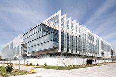 Испано-латиноамериканской нефтегазовой компании Repsol есть чем гордиться. И это не только успешная деятельность по добыче и переработке нефти и газа, но и современный головной офис компании в Мадриде, Испания. Новая штаб-квартира считается одним из самых экологичных зданий в Европе...