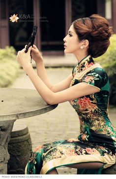 Qipao (Cheongsam) is a female dress with distinctive Chinese features and enjoys a growing popularity in the international world of high fashion. It is said that Qipao is the earliest fashion for women in Shanghai. Traditional Fashion, Traditional Dresses, Traditional Chinese, Hanfu, Asian Woman, Asian Girl, Fashion Vestidos, Cheongsam Dress, Chinese Clothing