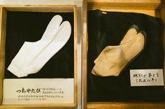 1873年に「つちやたび店」として創業した当時の足袋と、現在のスニーカーの原型もなった地下足袋。工場の側にある「つきほし歴史館」で見ることができます