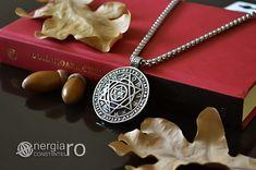 Amuletă, Talisman, Pandantiv Soare, Steaua lui David (Scutul lui David) cu Zodiac și Rune din INOX - cod PND095 Condiție: Nou Model: Bărbătesc Metal: INOX 316L Culoare: Argintiu, Nergu Greutatea: 45g Înălțime: 51mm Lățime: 41mm