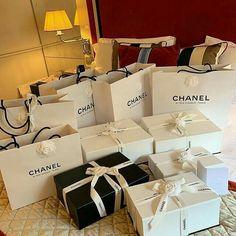 Luxury Lifestyle Fashion, Rich Lifestyle, Luxury Purses, Luxury Bags, Estilo Hailey Baldwin, Chanel Box, Luxury Girl, Billionaire Lifestyle, Rich Girl