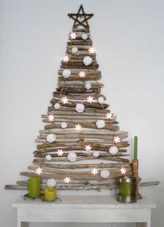 La madera es el elemento más natural para crear este árbol de Navidad DIY.