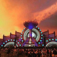 When the stage is just as lit as the show😍What are some of your fav shows from this season?✨ #edmjunkie . . . . . . . #dancemusic #electro #edmlife #edmfamily #festivalstyle #edmnation #edmfreaks #plurlife #festivalmusic #ravers #ravelife #edmlovers #edmaddict #edmraves #festivalgear #festivallife #crowd #friends #love #rave #edm #dance #goodvibes #instadaily #instacool #instalove #instalike #edmstage #party