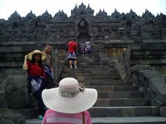 Many Tourists in Borobudur Temple =)
