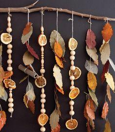 Herbstliche Farbtöne auf der Perlenschnur. Schlichte Herbstdemo für die Wand – oder über den Tisch gehängt.