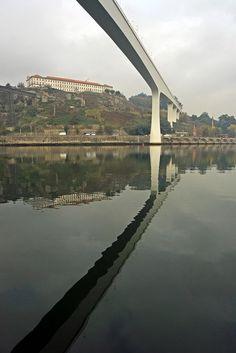 O rio #Douro entre Porto e Gaia, as neblinas e o barco #Rabelo associado pelo Vinho do #Porto. Pontes: Freixo, S.João, Dª Maria, Infante, D. Luís, Arrábida