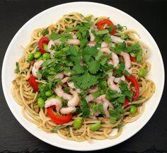Asiatisk 'nudelsalat' med peanutdressing, rejer og koriander...