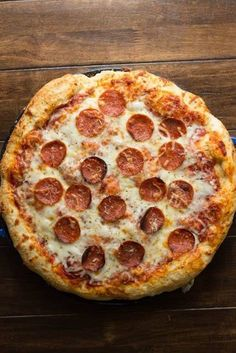 Nothing beats good ol' cheesy pizza from your favorite takeout pizzeria, that is unless you can make the perfect pepperoni pizza recipe at home! Pizza Recipes At Home, Cooking Recipes, Easy Recipes, Skillet Recipes, Cooking Tools, Solo Pizza, Pizza Pizza, Pizza Dough, Kids Pizza
