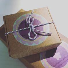 Nuevo modelo de cajita para vuestros regalos navideñosNew packaging box for your christmas gifts. #etsycatalunya #etsybarcelona #etsystore #etsyseller #etsyshop #africandreamland #mardargent