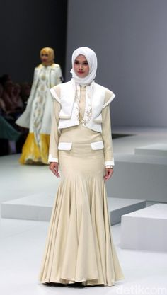 Foto: Koleksi Ria Baraba di Indonesia Fashion Week 2017 Muslim Wedding Dresses, Muslim Dress, Hijab Dress, Beautiful Prom Dresses, Nice Dresses, Model Baju Hijab, Hijab Fashion, Fashion Show, Indonesia Fashion Week