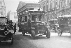 Bus in old Buenos Aires. Old Pictures, Old Photos, Vintage Photos, Argentina Travel, Historical Pictures, Vintage Travel Posters, Night Photography, South America, Tours