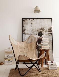Großes monochromes Bild an die Wand lehnen - und mit vielen Büchern und einem Sessel zur Leseecke ausgestalten.
