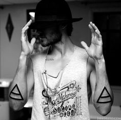 triad tattoos on the amazing jared leto.love him! and love triad tattoos. Dreieckiges Tattoos, Great Tattoos, Beautiful Tattoos, Body Art Tattoos, Small Tattoos, Tatoos, Subtle Tattoos, Tattoo Ink, Tricep Tattoos