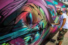 Le street artiste français Hopare a récemment terminé une peinture murale pour le Festival Cergy, Soit ! Cette fresque est un mélange spectaculaire de couleurs et de formes. Visible à Cergy, le travail de l'artiste est un plaisir pour les yeux. Les bandes de couleur remplissent l'intégralité de l'oeuvre. Les courbes lisses et les slashs translucides de rose, bleu, vert… simulent un mouvement constant et donnent une impression de vitesse. Un visage apparaît dans ce méandre de couleurs...