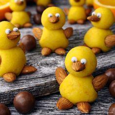 Faren med disse sjarmtrollene er at du blir så glad i dem at du ikke har lyst til å spise dem opp! Er de ikke søte? Ettersom de består av kun to kuler som plasseres oppå hverandre kan selv de miste i familien bidra! Med litt appelsinskall i marsipanen blir det skikkelig påskesmak på kyllingene! ... LES MER