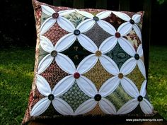 cathedral window pillow-made using SunFlower Seeds tutorial Cathedral Window Patchwork, Cathedral Window Quilts, Cathedral Windows, 3d Quilts, Star Quilts, Patchwork Cushion, Quilted Pillow, Quilting Projects, Quilting Designs