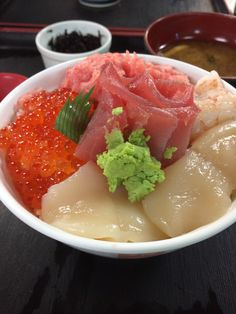 Bowl of rice topped with sashimi 五色いくら丼
