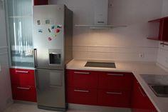 #diseño de #cocina Diseño de cocinas en Aranjuez cocina moderna lacado rojo modelo altea brillo encimera silestone gris #madrid #aranjuez