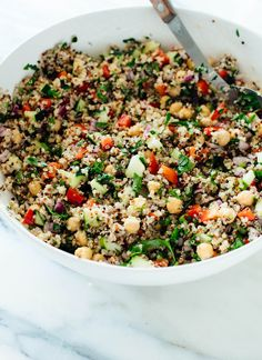 The best quinoa salad recipe, made with chickpeas, red bell pepper, cucumber, red onion, parsley and lemon! This healthy quinoa salad is sure to be a hit. (gluten free, vegetarian, vegan)