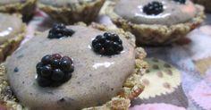 Fabulosa receta para Tartaletas crudiveganas con crema de arándanos. Estas tartaletas son crudiveganas y riquísimas. Se parecen a los…