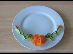 Instructions for trimming the flowers on a plate of carrots-carrots-pruning flowers - - Deco Fruit, Vegetable Animals, Veggie Art, Food Garnishes, Garnishing, Food Carving, Sushi Recipes, Edible Arrangements, Food Decoration