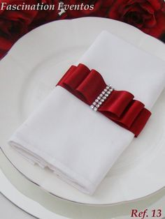 fotos de porta guardanapos                                                                                                                                                                                 Mais Christmas Table Settings, Christmas Table Decorations, Mafia Party, Silverware Holder, Wedding Silverware, Napkin Folding, Event Decor, Wedding Table, Napkin Rings