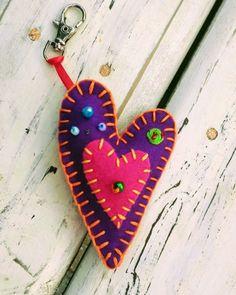 Llavero corazón @chicoca_deco #corazon #llavero #bordado Needle Felting, Christmas Ornaments, Stars, Sewing, Holiday Decor, Craft, Valentines, Key Fobs, Sweets