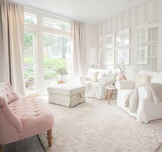 Olohuoneen valkoiset pinnat saavat lisäväriä vaaleanpunaisesta