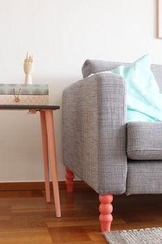 La bonne idée pour relooker un canapé : changer ses pieds et en mettre de nouveaux, aux couleurs acidulées...
