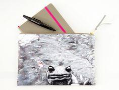 Tasche für unterwegs. Illustrierter Salamander vor fotografiertem Wasser. Gepolstert, gefüttert und mit Reißverschluss. #clutch #bag #vegan #bio #salamander #wasser #water