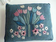 Handbroderad kudde med blommor nr 2 RETRO 60 tal Tradera