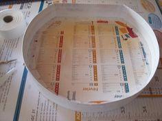 """Vous avez devant vous la base et le couvercle de votre valisette ronde cartonnés à l'étape 1 : Maintenant, vous allez """"buller"""" votre valisette (cad la recouvrir de carton """"BRISTOL"""" blanc pour en assurer la """"propreté"""") : ASTUCE :J'utilise du """"BRISTOL""""... Bristol, Hat Boxes, Personalized Items, Deco, Cartonnage Tutorials, Shape, Dekoration, Deko"""